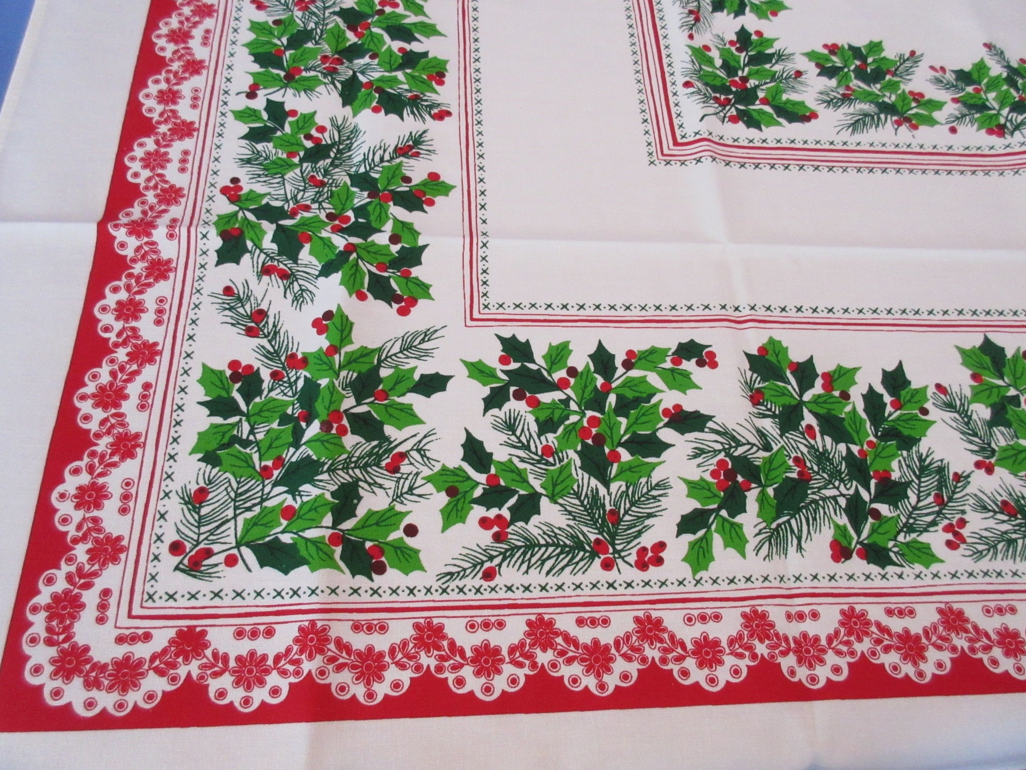 Christmas Holly Lace Poly Cotton MWT Novelty Vintage Printed Tablecloth (68 X 52)