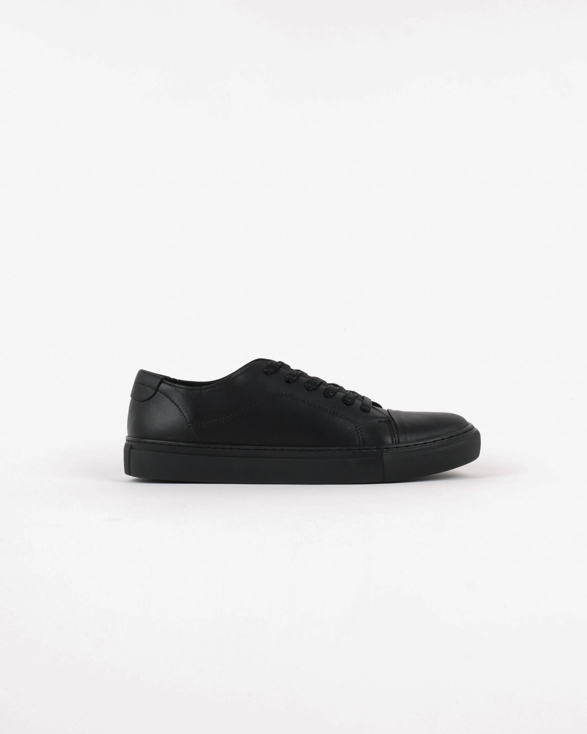 garment project_classic lace sneaker_black monochrome_view_1_4