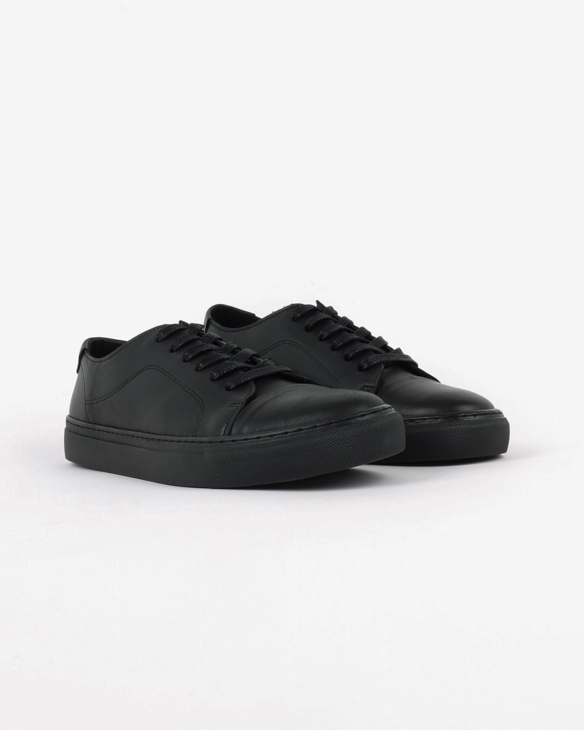 garment project_classic lace sneaker_black monochrome_view_2_4