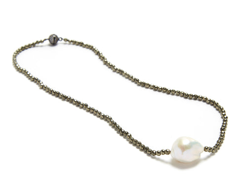 Iselia single Necklace - pyrite/ white pearl