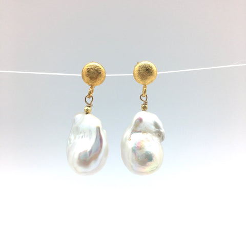 Arabella baroque earring- white pearl