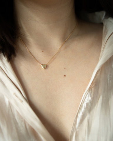 Essential collarbone necklace with a tiny gold heartshape pendant - The Hexad Jewelry