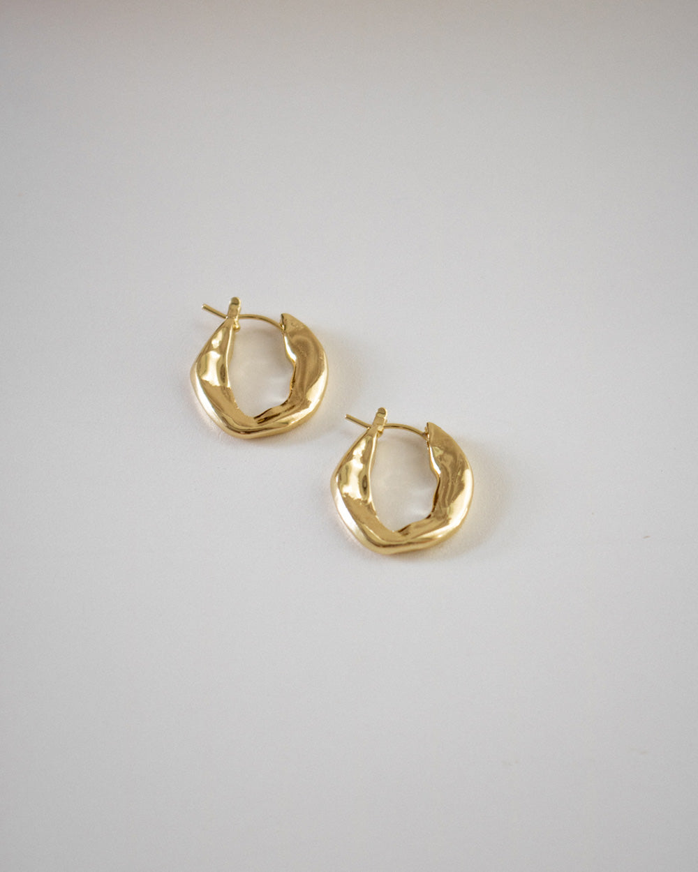 Flat golden hoops featuring a unique uneven surface @thehexad