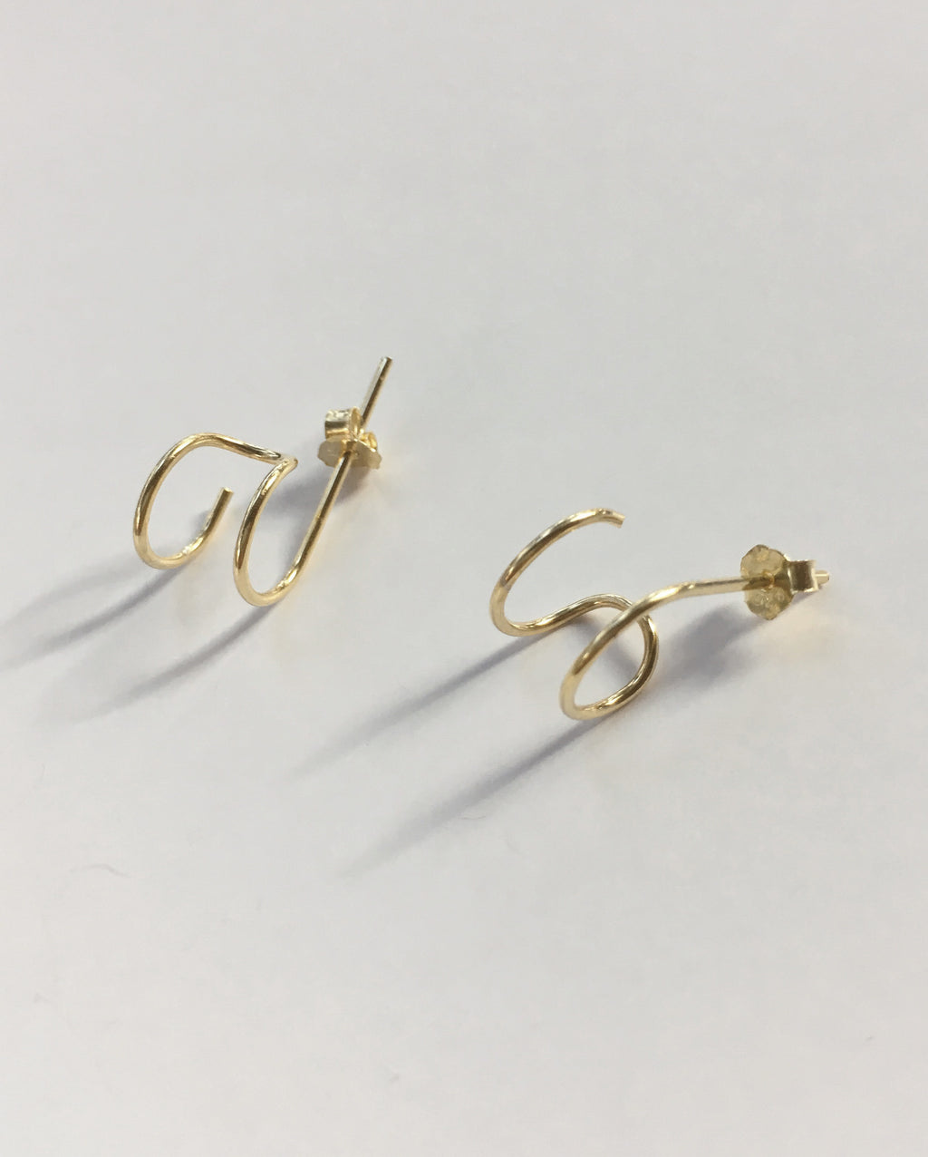 Gold-plated double loop earrings - Filament Huggie Hoops by TheHexad