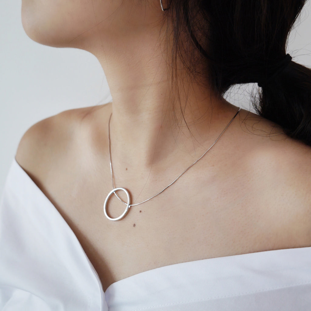 Minimalist circle outline with through-chain necklace - The Hexad Jewelry