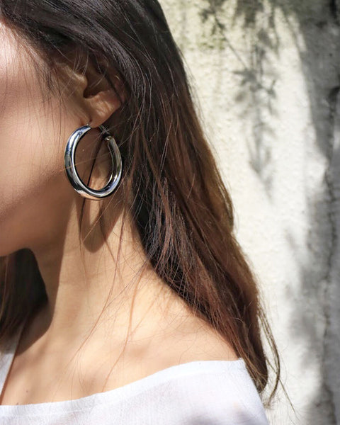 Rock the chunky hoop trend with these large hollow earrings from @thehexad
