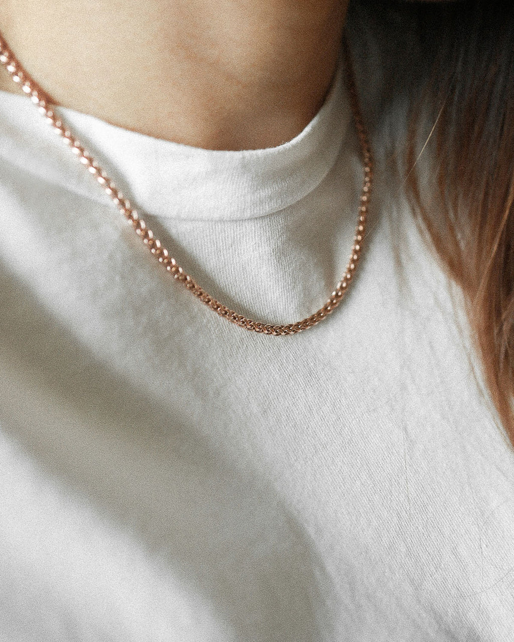 Simple rose gold necklace worn with a simple white tee @thehexad