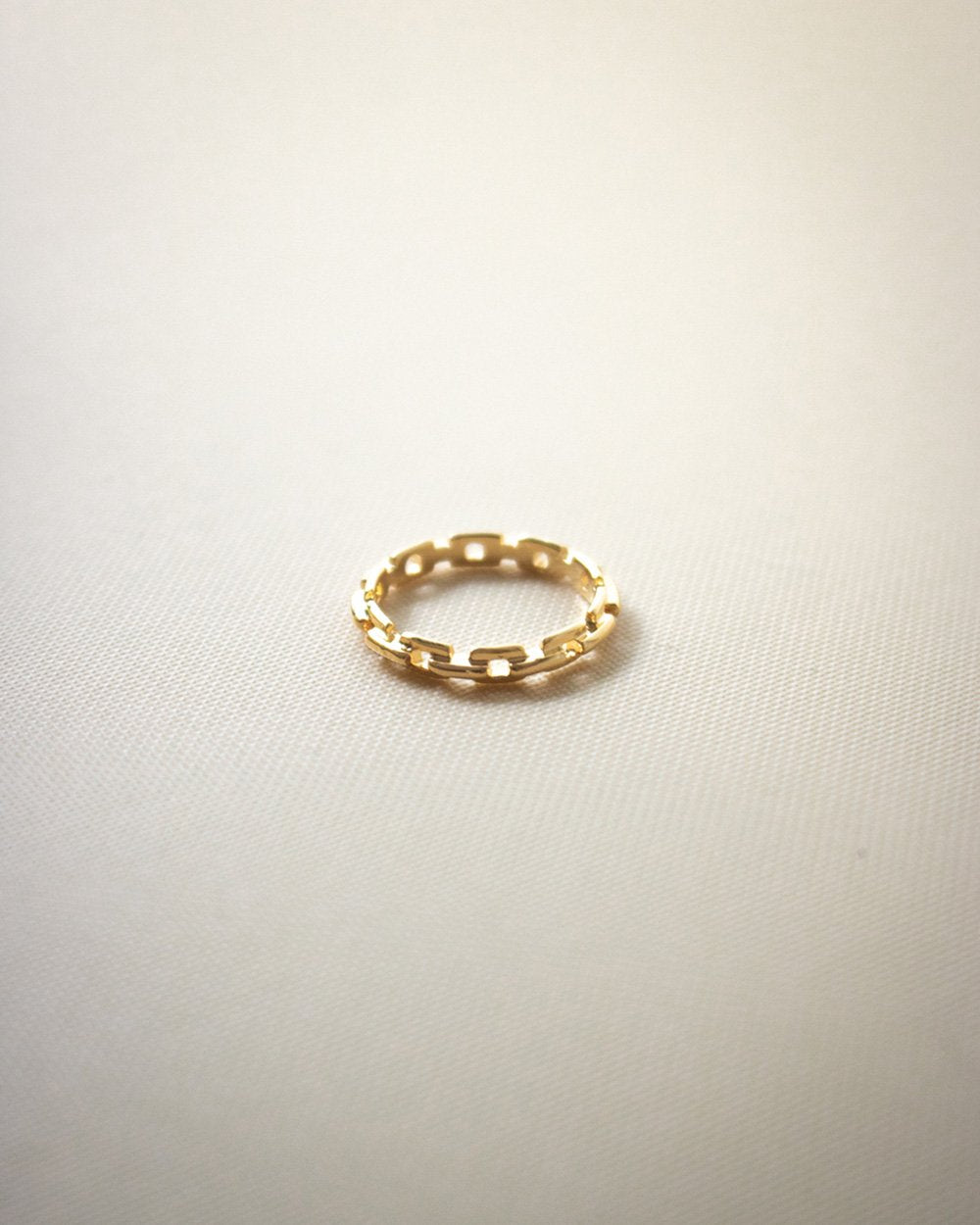 Thin, barely there gold ring with a subtle chain design @thehexad