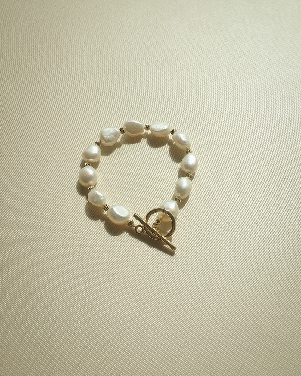 freshwater pearl bracelet with modern toggle clasp closure @thehexad