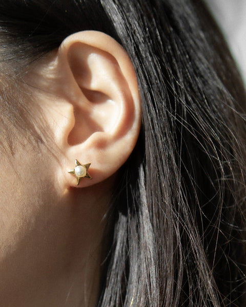 gold star studs with a tiny embedded pearl @thehexad