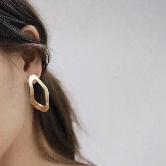 wavy oyster shape earrings in matte gold thehexad