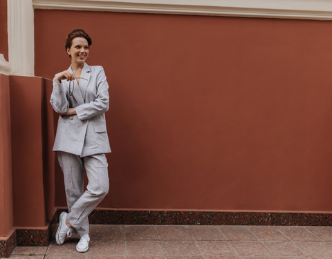 Oversized suit and sneakers