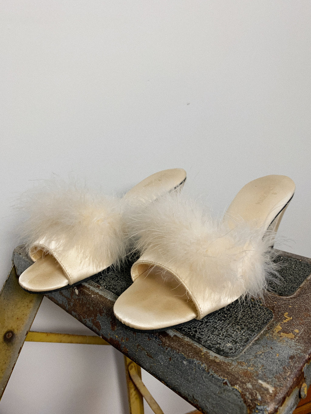 WHITE SATIN MARABOU FEATHER SLIPPER / 6