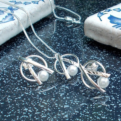 Silver Plated Set of Earrings, Pendant and Chain with Pearl Effect and Rhodium
