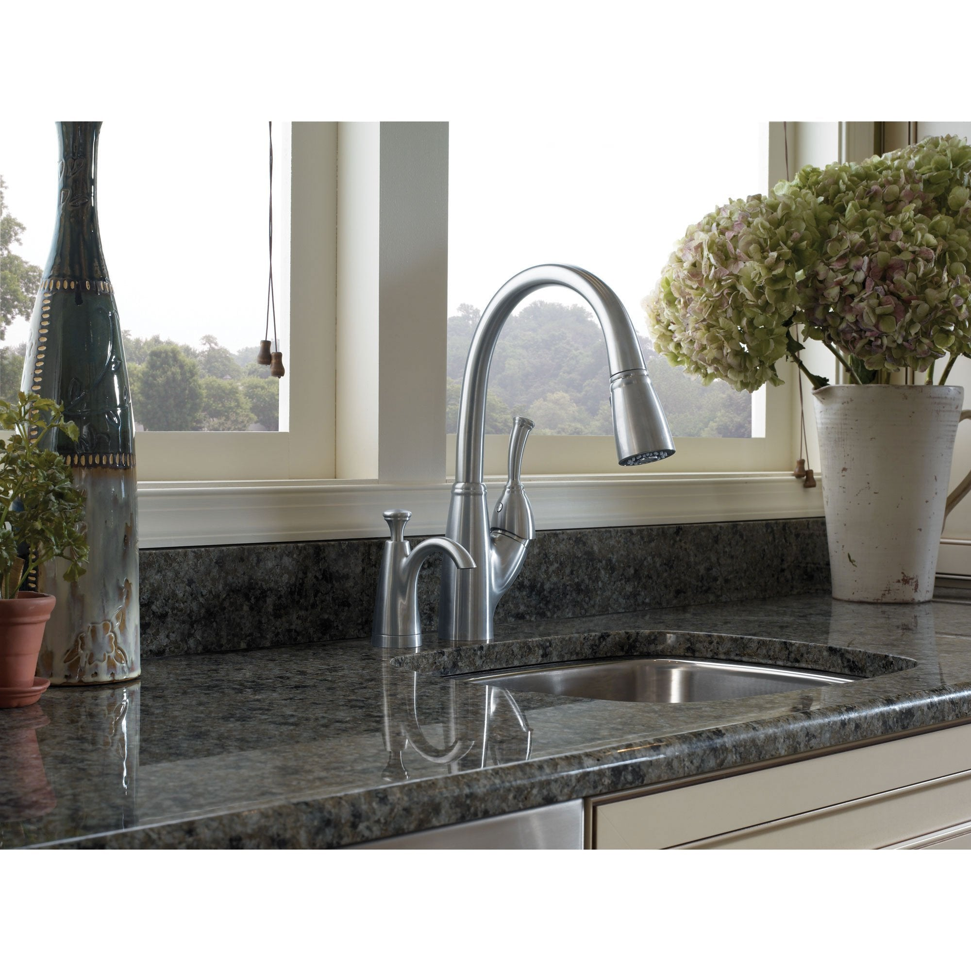 Delta Arctic Stainless Finish Allora Collection Single Handle Pull Down Kitchen Sink Faucet and Soap Dispenser Package D035CR