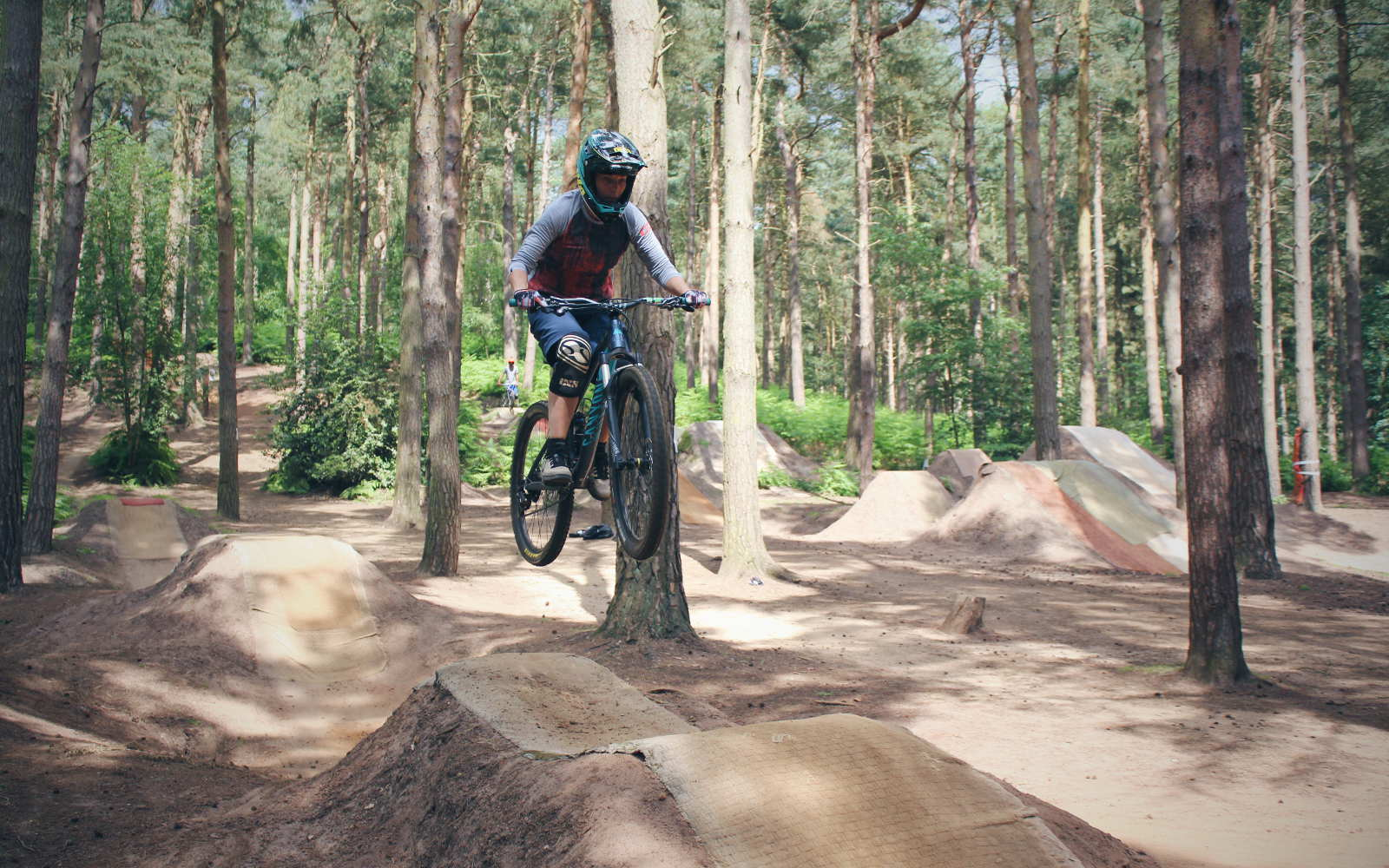 Dirt jumping table top line at Chicksands bike park with mountain bike