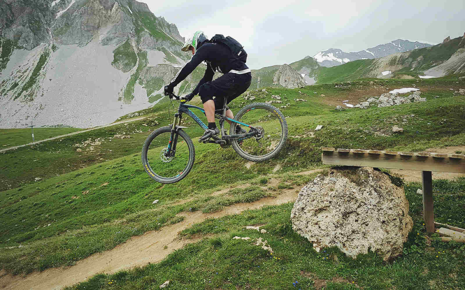 Jumping drop off downhill mtb Tignes