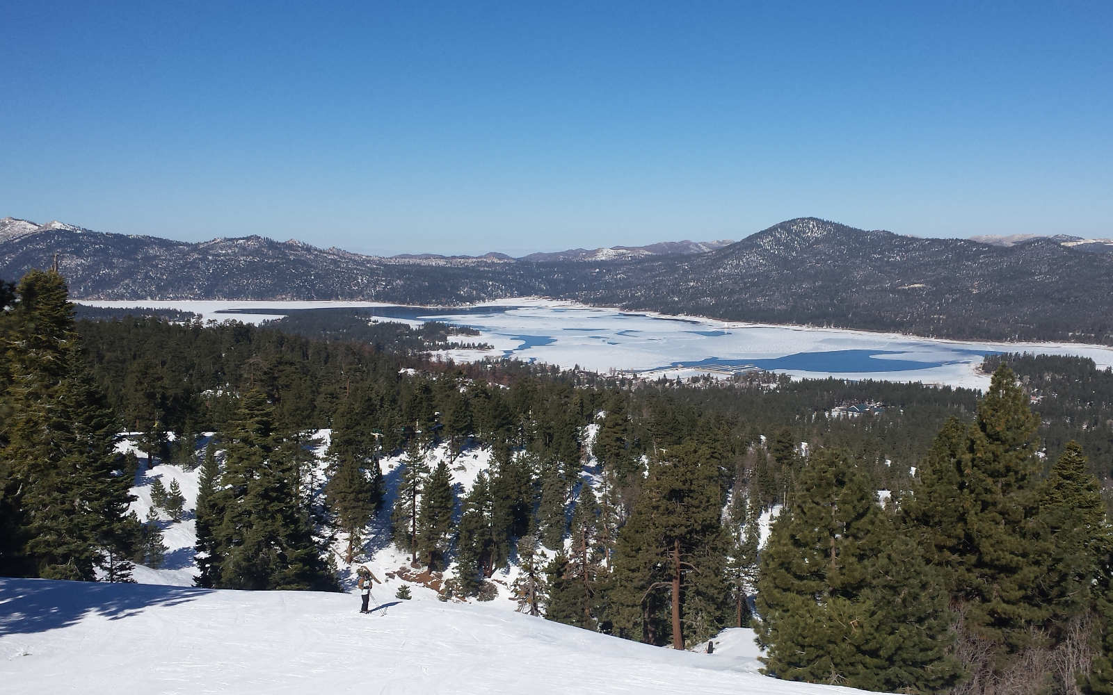Lake and mountains in LA big bear snowboarding