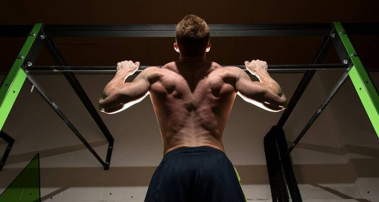 The Pros and Cons of the Kipping Pull-Up
