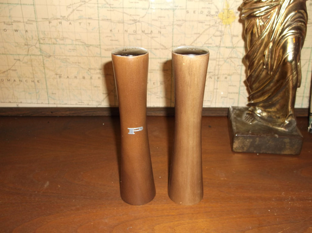 retro pair of  wooden salt and pepper shakers from the 1970 s.epsteam