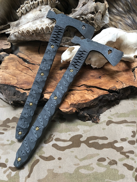 Arrowhead hawk, MAS grey and black layered G10 textured grip, brass and black bolts, MAS grey paracord,