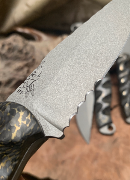 Crow jr blade, grey cerakote, cerrated, brass infused carbon fiber textured grip, carbon fiber pins, open tang