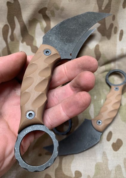 Karambito blade, flat dark earth G10 lightning grip, black bolts, black G10 liners,