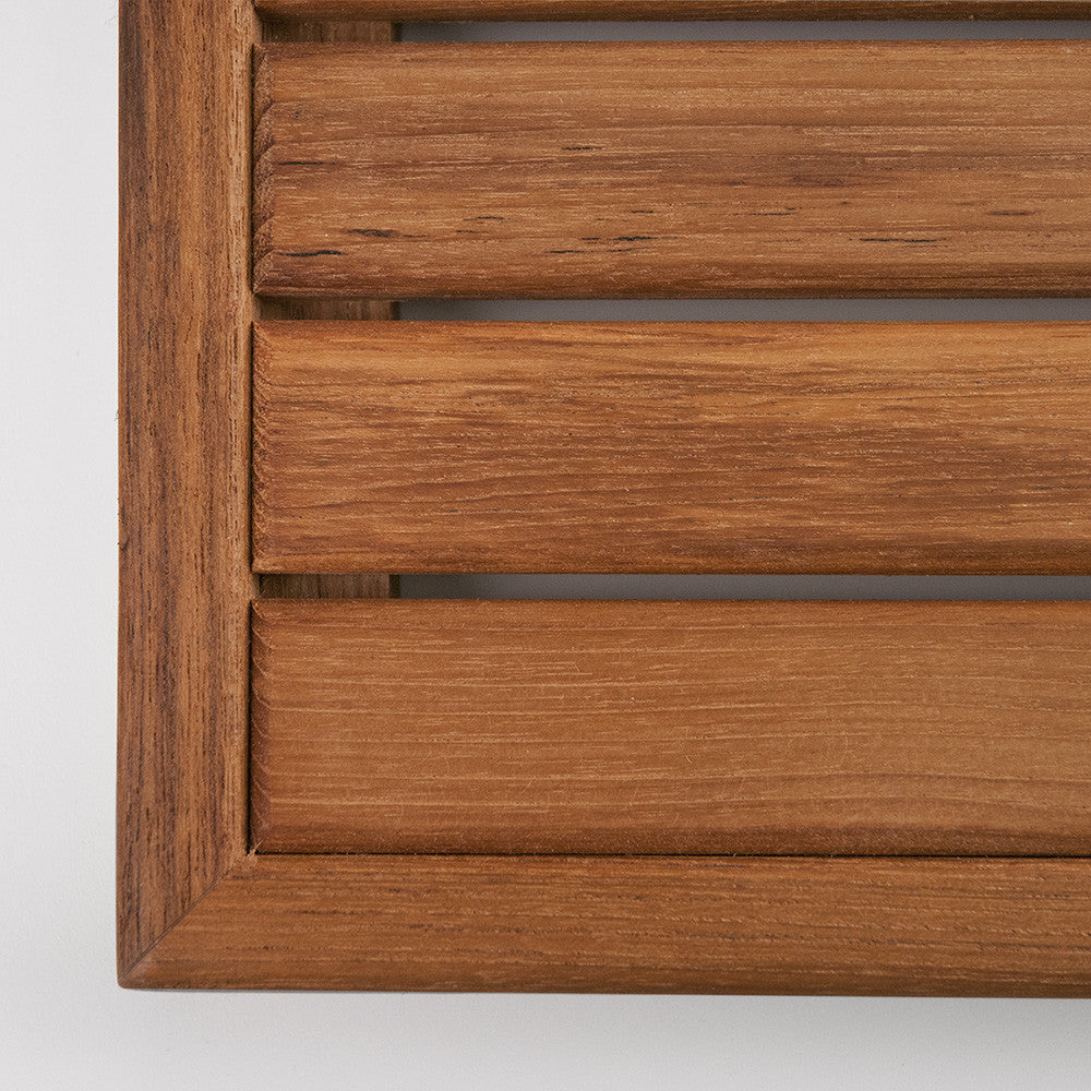 Corner detail of the Teak Mat with Narrow Edge Framing