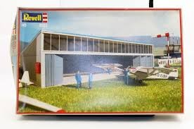 IHC 2081 HO Hanger with Two Airplanes Building Kit