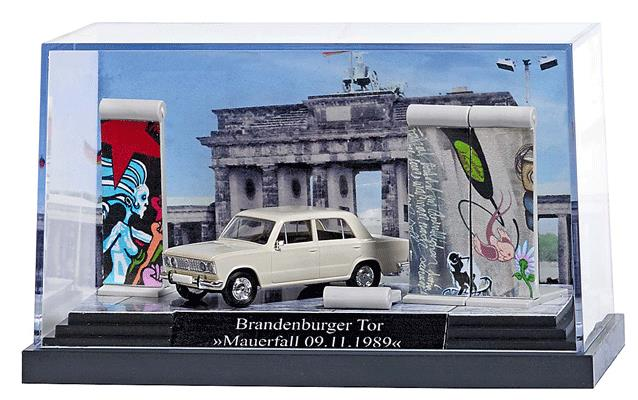 Busch 7647 Fall of the Berlin Wall Miniature Scene