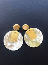 Load image into Gallery viewer, Round earrings made of buffalo horn with golden lacquer