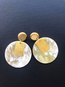 Round earrings made of buffalo horn with golden lacquer