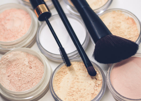 Chemical-free makeup: a variety of loose makeup powder and brushes