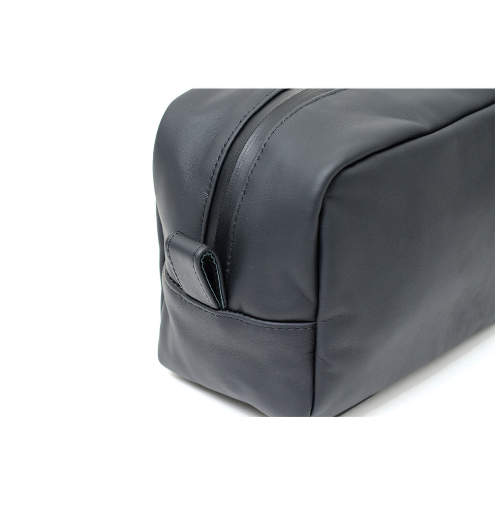 LEATHER TOILETRY BAG - FLAT BLACK