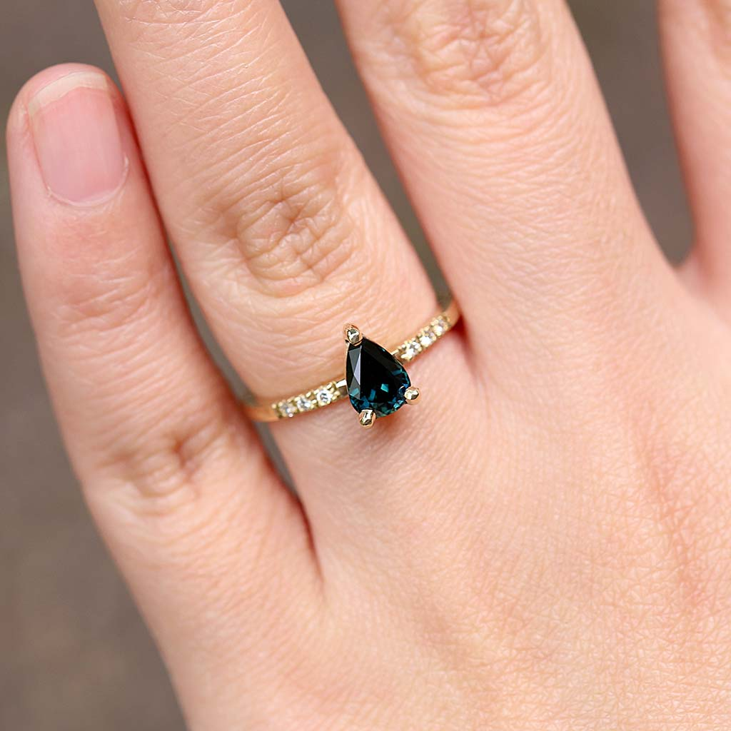 Pear parti Sapphire Solitaire Ring