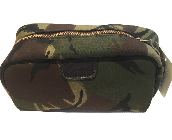 camouflage travel bag. wash bag. men's toiletry bag. men's camo toiletry case. water resistant wash bag with zip.