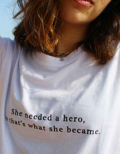 "T-Shirt Donna ""She needed a hero"" - dandalo"