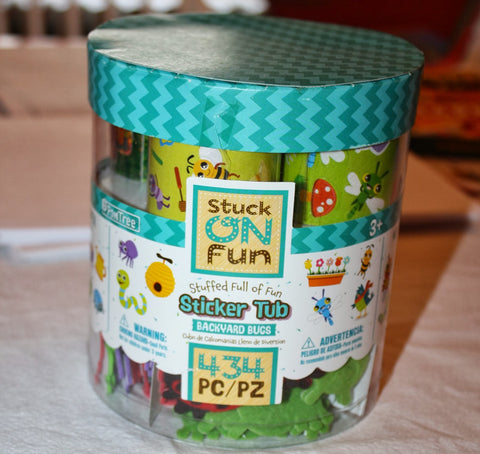 Stuck on Fun Backyard Bugs Sticker Tub / Cubeta con 434 Estampas