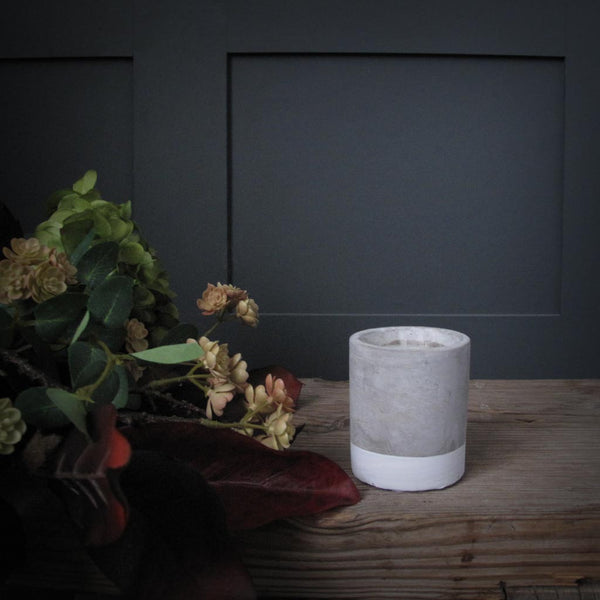 Concrete scented candle 'tobacco & patchouli' SMALL
