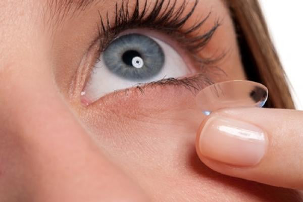 How to remove contact lenses
