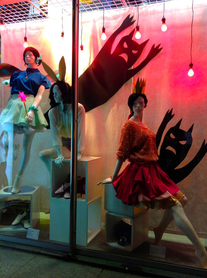 04-american-apparel-store-halloween-display.jpg