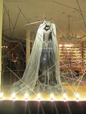 13-french-store-halloween-display-window-design.jpg