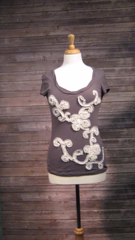 Ann Taylor Loft  Gray T-Shirt with Cream Applique Detail Size Xsmall