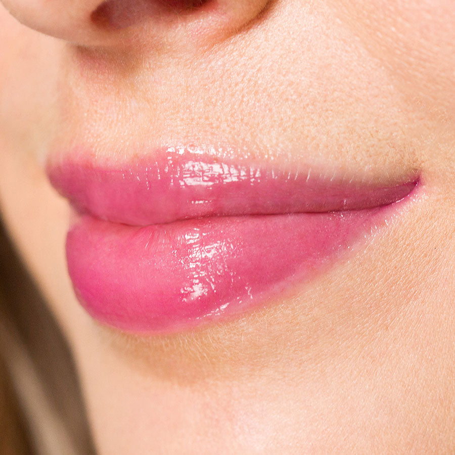 Soft pink lips with Hourglass No. 28™ Lip Treatment Oil in Nocturnal