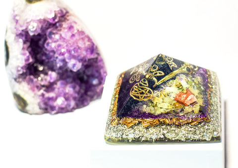 Phrenite Wiccan Orgonite Pyramid - With Pentagram and Crow Skull Charm