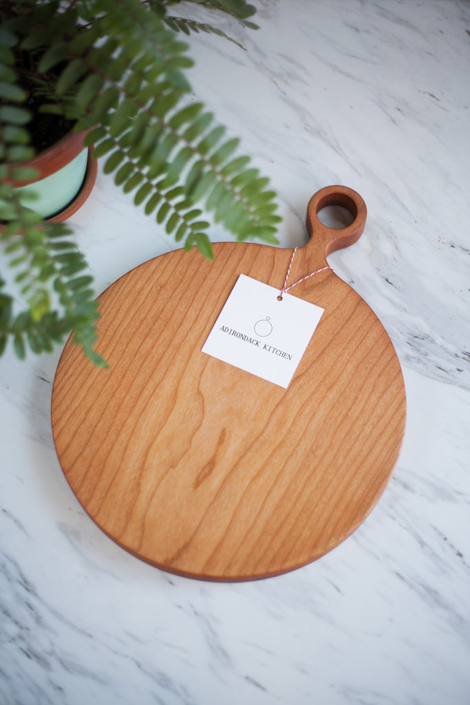 round cherry wood cutting board with handle adirondack kitchen. Black Bedroom Furniture Sets. Home Design Ideas