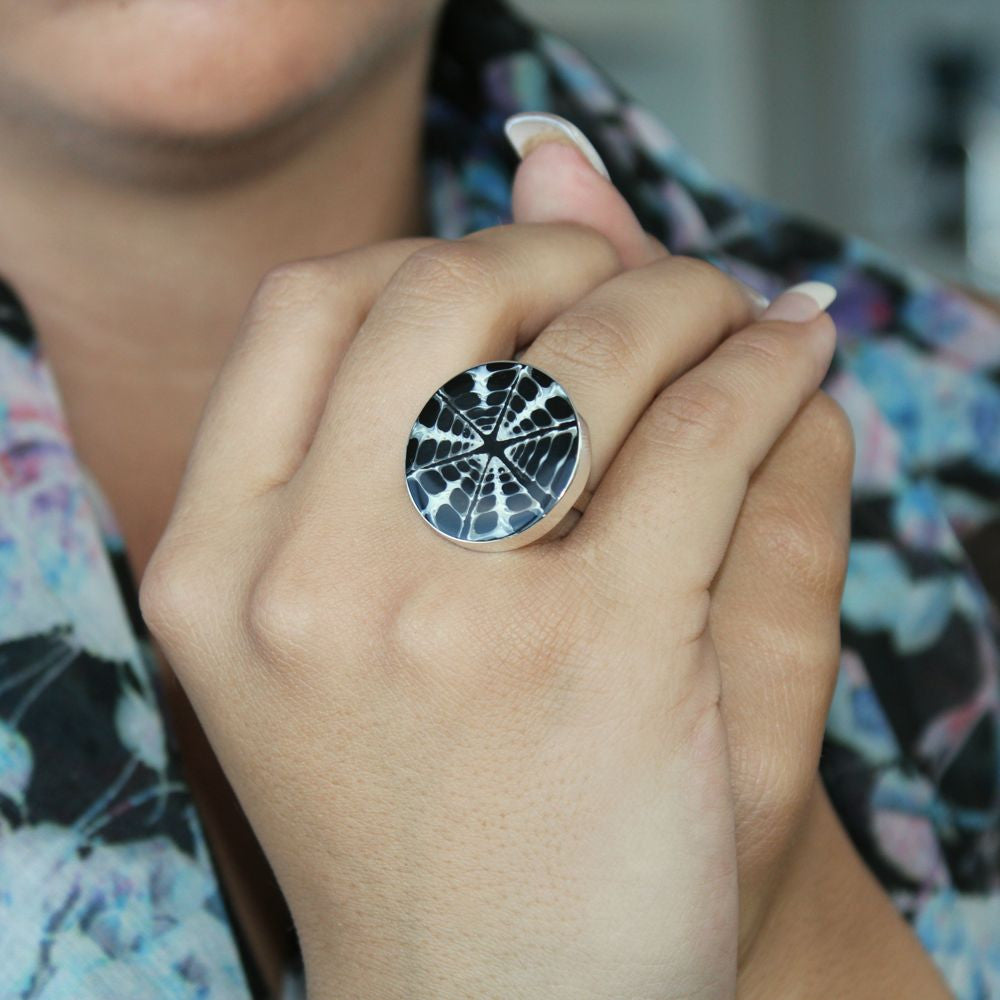 LISA SPIDER WEB SHELL RING