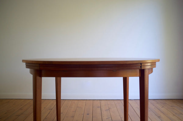 Dyrlund 'Flip-Flap' expanding dining table