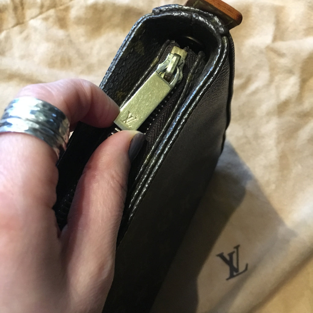 Louis Vuitton Looping LV zip pull