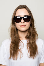 Load image into Gallery viewer, WONDERLAND COLONY GLOSS BACK GREY SUNGLASSES